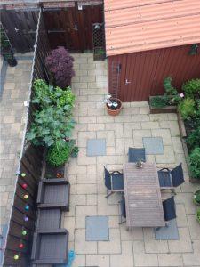 Sierbestrating in kleine tuin, terras aanleggen